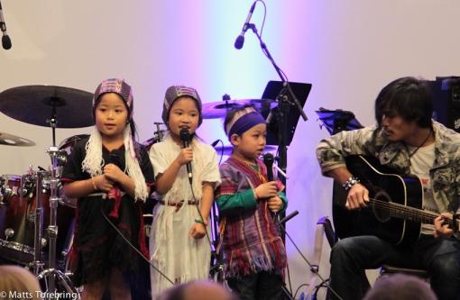 Tre härliga barn från Burma var förkör
