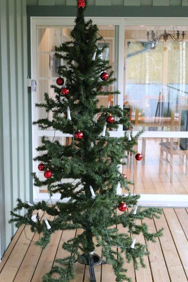 Julgran på altan.