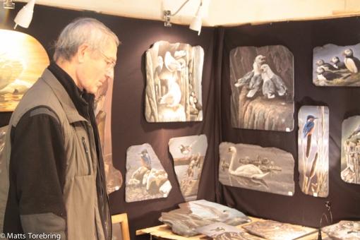Många konstnärer med sina verk.