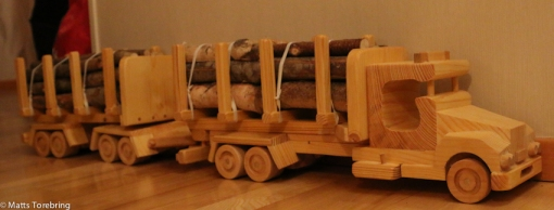 Oliver & Linus fick var sin Timmerlastbil med släp