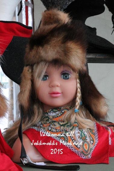 Denna lilla söta tjej får hälsa er välkomna till Jokkmokks marknad