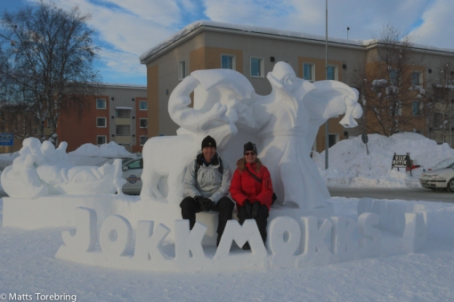 Deciree & Kjell vid snöskulpturen vid infarten till Jokkmokk