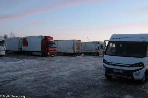 Här sov vi i natt mellan tradarna, på en (r)isig parkering