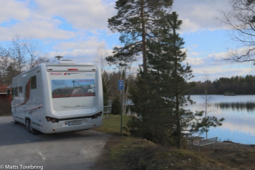 Vi parkerar vid Sandsjöns Rastplats utanför Lenhovda