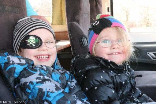 När vi rullar in Storgatan i Aneby, står det ett par barn och vinkar