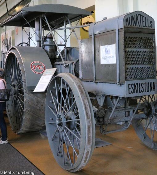 En traktor på järnhjul