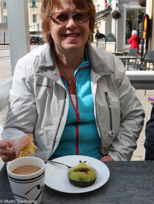 Birgitta köpte sin vana trogen en marsipangroda