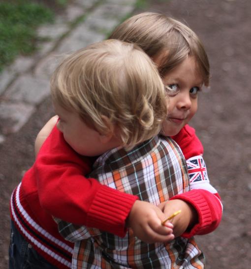En spontan kram kusinerna emellan, det är så roligt att träffas.