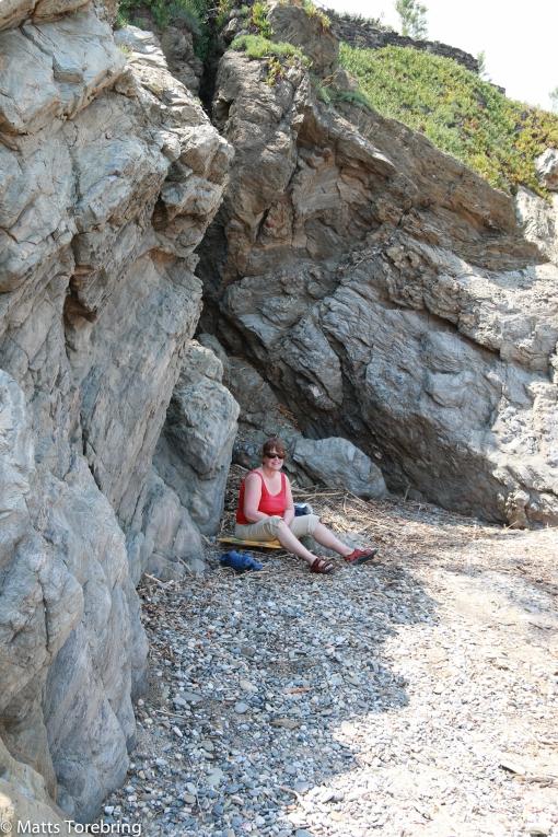 Birgitta föredrar en skuggig plats på stranden