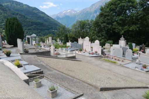 En kyrkogård dök plötsligt upp vid vägkanten