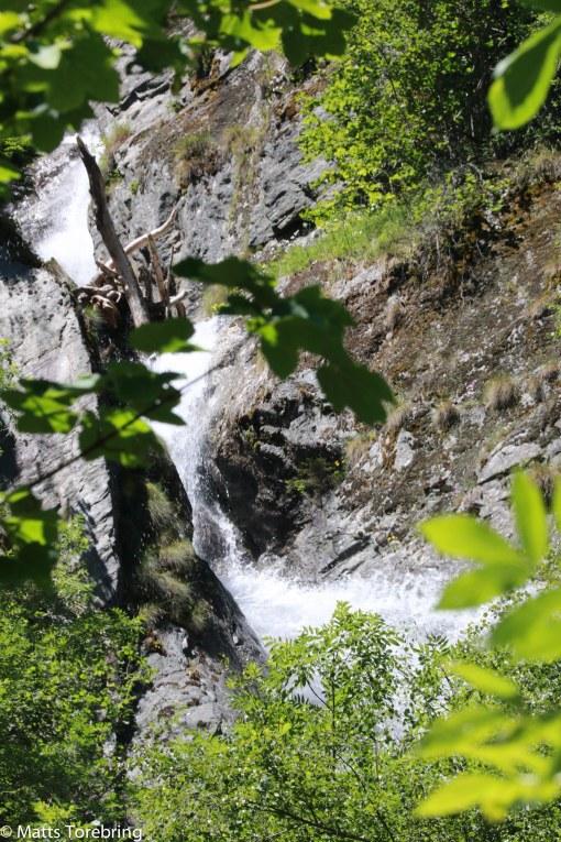 Fjällbäck efter fjällbäck kastar sig ned för bergssidorna