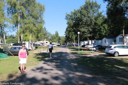 Morgonpromenad på campingen