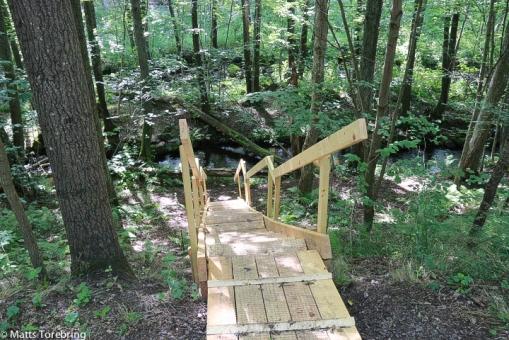 Flera små trappor leder ned till Hjoån