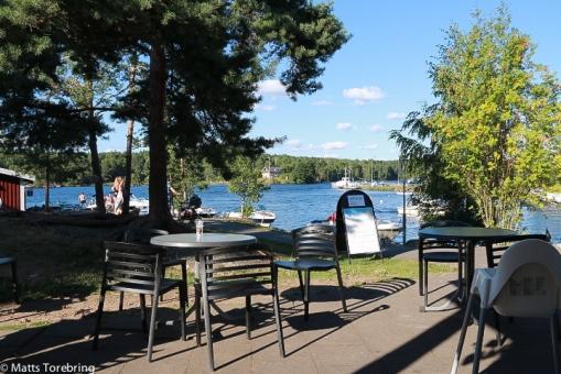 Till fots till restaurangen på Torpön