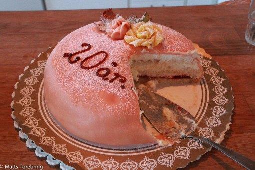 Strax före klockan 7 var tårtan framdukad