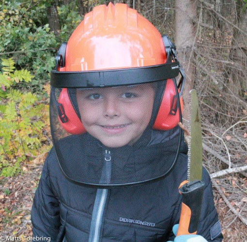 Linus Torebring fullt skogsarbetarklädd