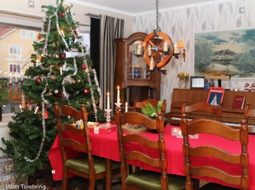 Själva rev vi två väggar i våras - nu fick julgranen stå på en annan plats