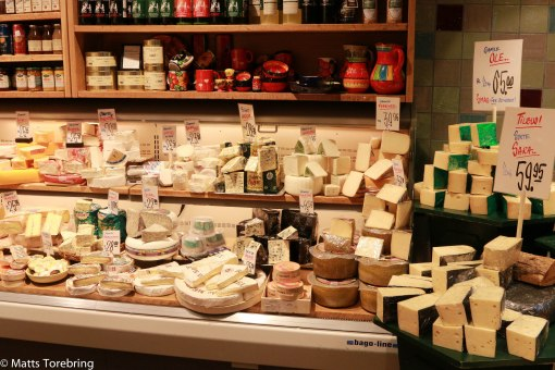 Vi gick hem med tunga kassar med ost, körsbärsvin och bakverk